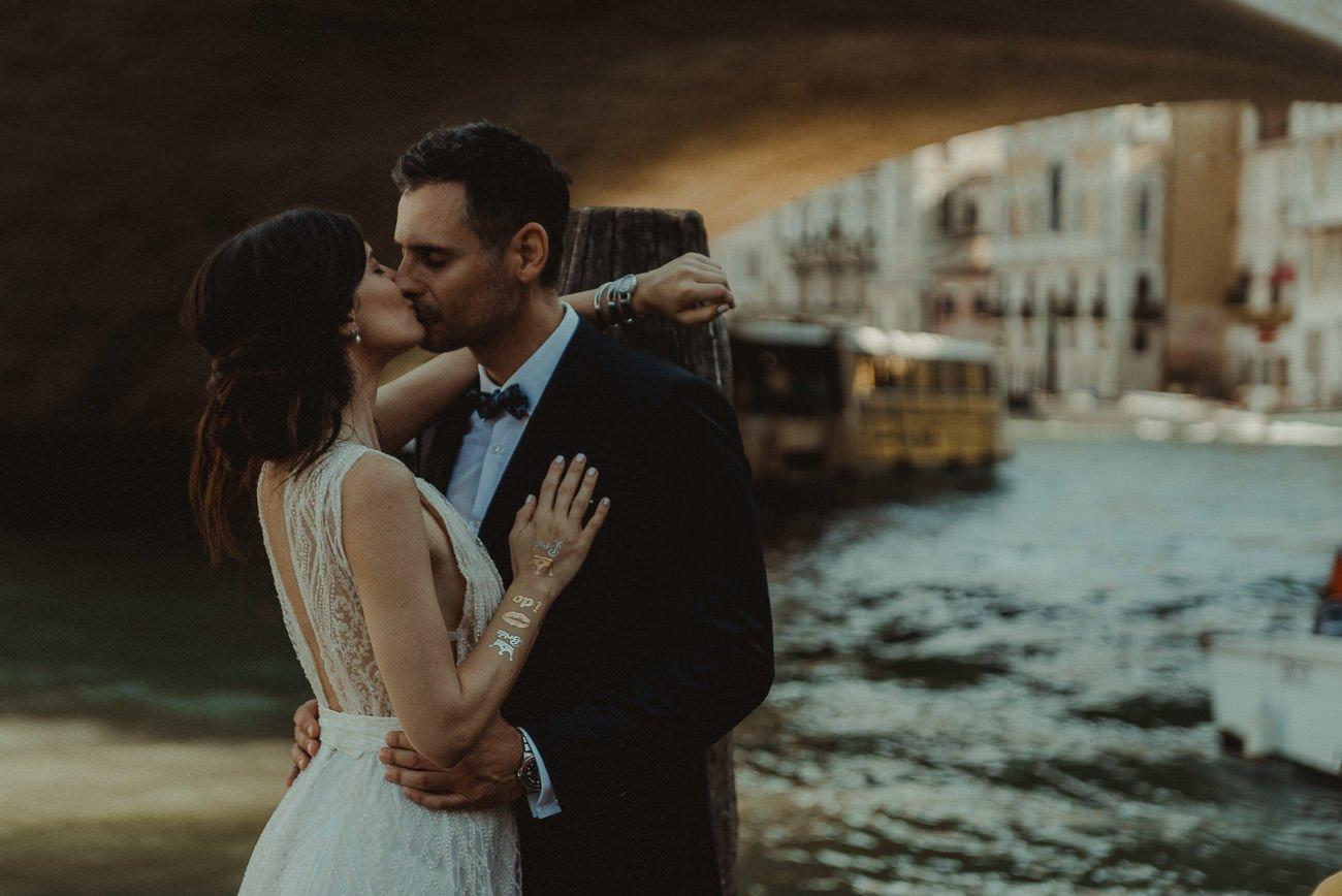 Venice wedding videographer filming couple in Rialto bridge